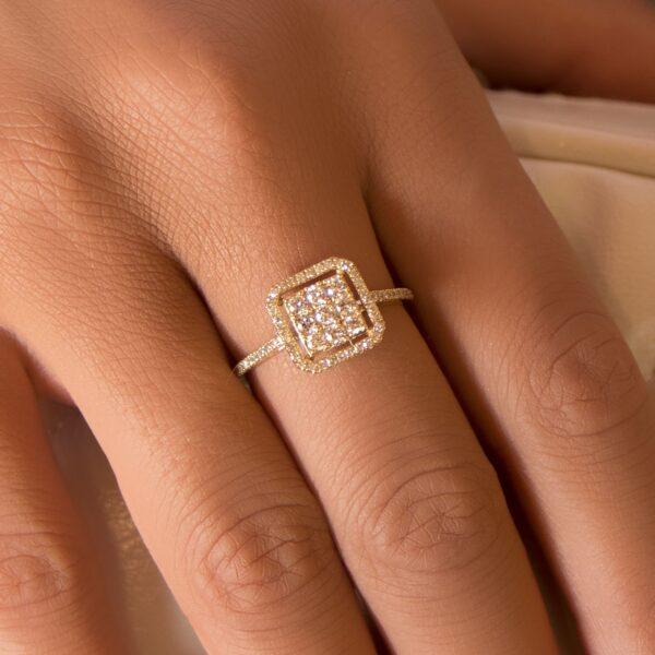 טבעת מרובעת משובצת יהלומים זהב צהוב 14 קראט