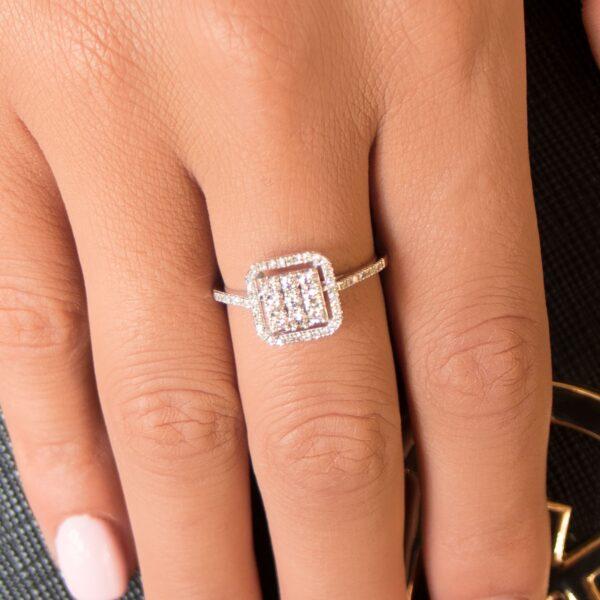 טבעת מרובעת משובצת יהלומים זהב לבן 14 קראט