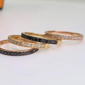 טבעת שורה יהלומים שחורים ויהלומים לבנים