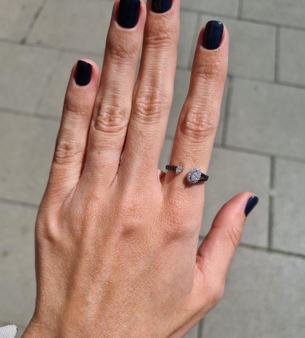 טבעת יהלומים שחורים ולבנים זהב 18 קראט
