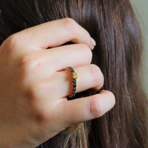 טבעת זהב 18 קראט משובצת יהלום צהוב ויהלומים שחורים