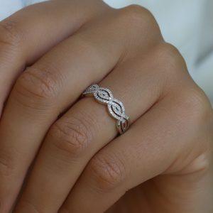 טבעת טוויסט יהלומים זהב לבן 14 קראט